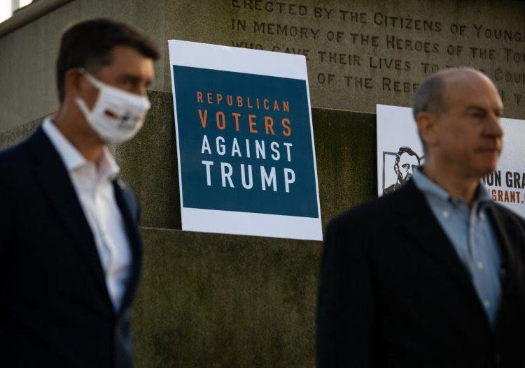 Veterano que votó por Trump dice que apoyará a Biden tras la muerte de su esposa por COVID