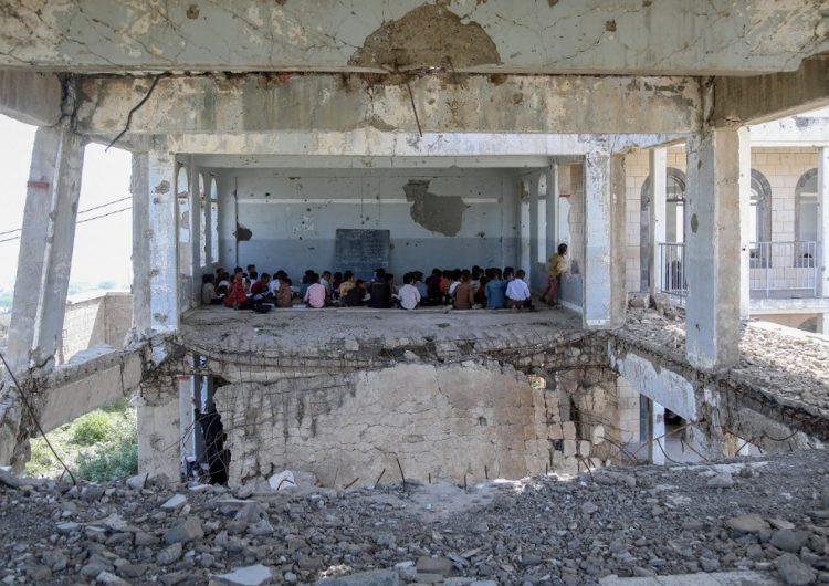 En escuelas en ruinas por los bombardeos, los niños vuelven al colegio en Yemen