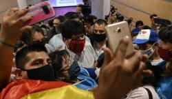 "Evo dice que regresará a Bolivia ""tarde o temprano""; Mesa…"