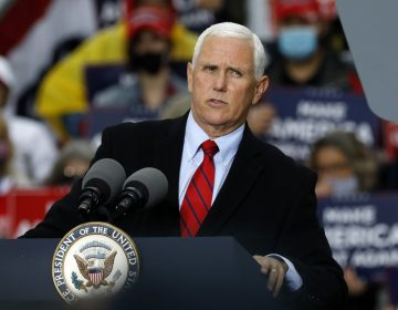 Asesores del vicepresidente Mike Pence dan positivo a COVID-19 en plena campaña