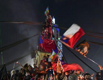 """Chile despertó"": abrumadora mayoría vota por derogar la constitución de Pinochet"
