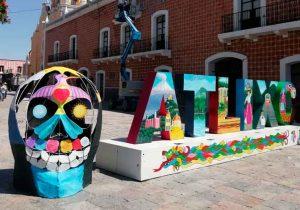 Artistas colocan Calaveras y Catrinas por Día de Muertos