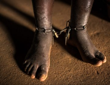 Miles de personas con problemas de salud mental viven encadenadas o encerradas: informe de Human Rights Watch