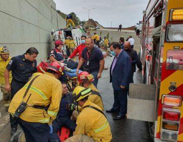 Cierran avenida Internacional por volcadura de unidad de bomberos, hay tres lesionados