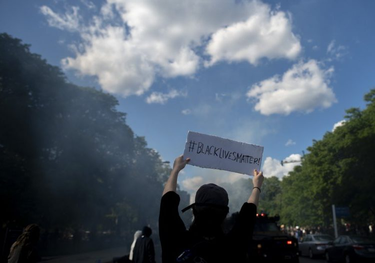 La muerte de otro hombre negro por disparos de policías desata protestas en Filadelfia