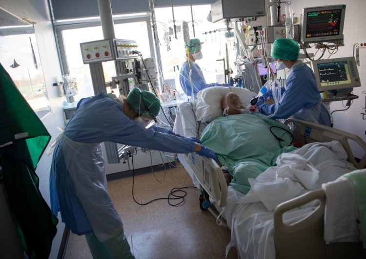 """Europa vive una """"explosión"""" de casos de COVID-19, alerta la OMS"""