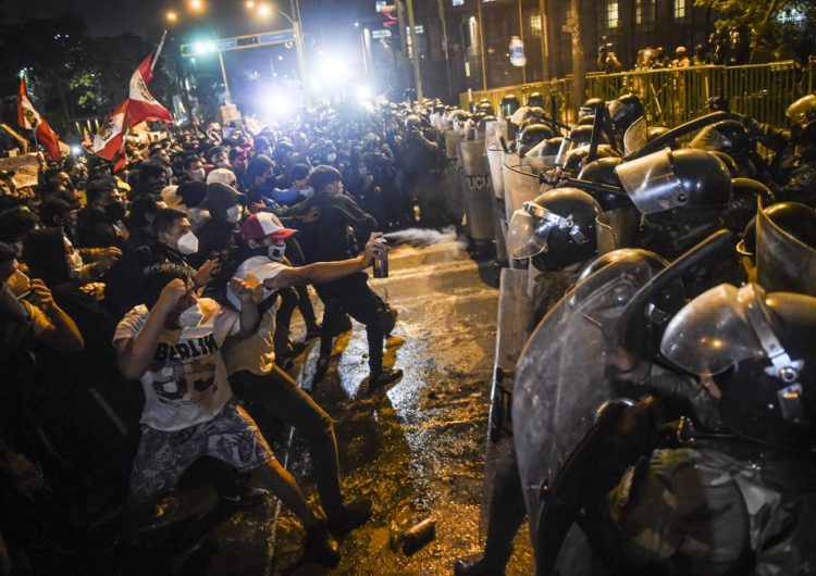 Dos heridos por armas de fuego en las manifestaciones en Perú, uno está grave