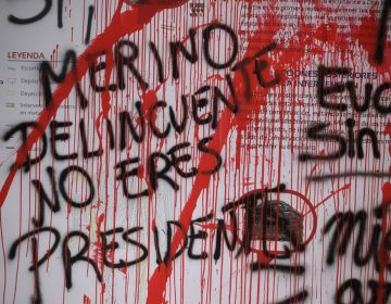 Dimite el presidente de Perú tras presiones y noche de violencia hacia manifestantes