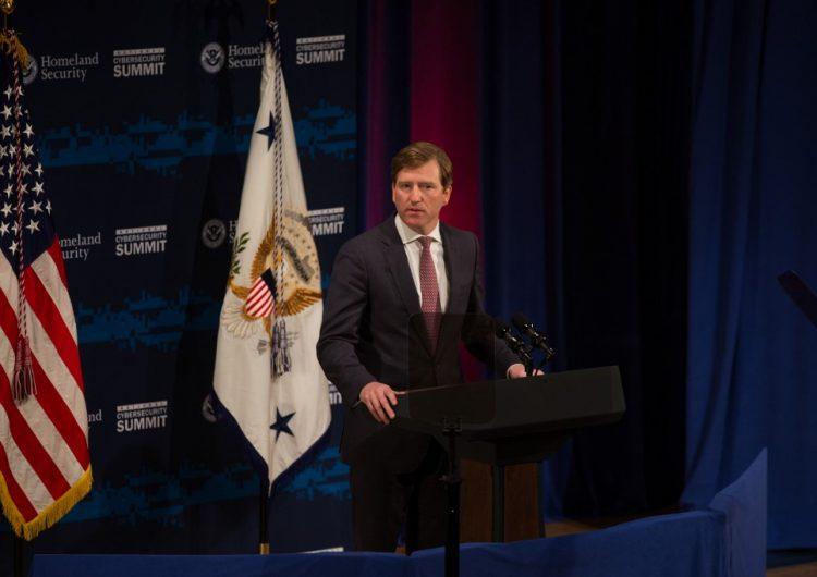 Trump despide a funcionario de seguridad electoral que rechazó acusaciones de fraude