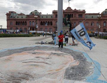 En fotos: Con largas filas y sin distancia de seguridad, Argentina despide a Maradona con un velatorio masivo