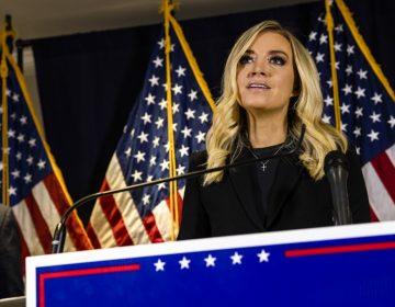 """""""No puedo seguir mostrando esto"""": Fox corta transmisión en vivo de la vocera de Trump"""