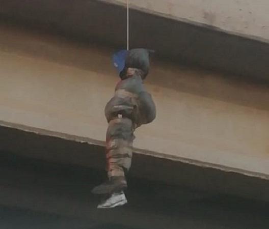 Maniquí colgado en puente provoca movilización policíaca en Rincón de Romos