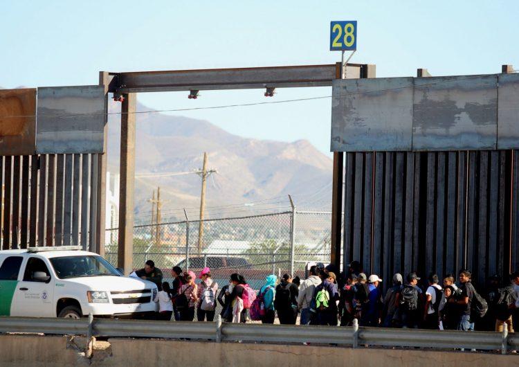 Juez de EU bloquea expulsiones de niños migrantes no acompañados en la frontera con México