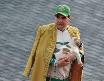 El presidente de Turkmenistán devela una estatua gigante dorada de su perro favorito