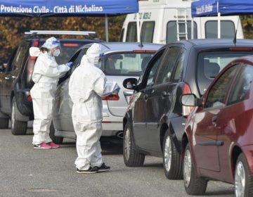 Pacientes COVID en Italia reciben oxígeno en sus autos porque los hospitales están rebasados