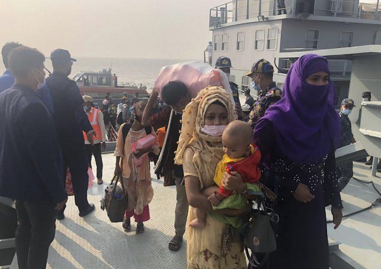 Bangladesh traslada a refugiados rohinyás a una isla pese a quejas internacionales