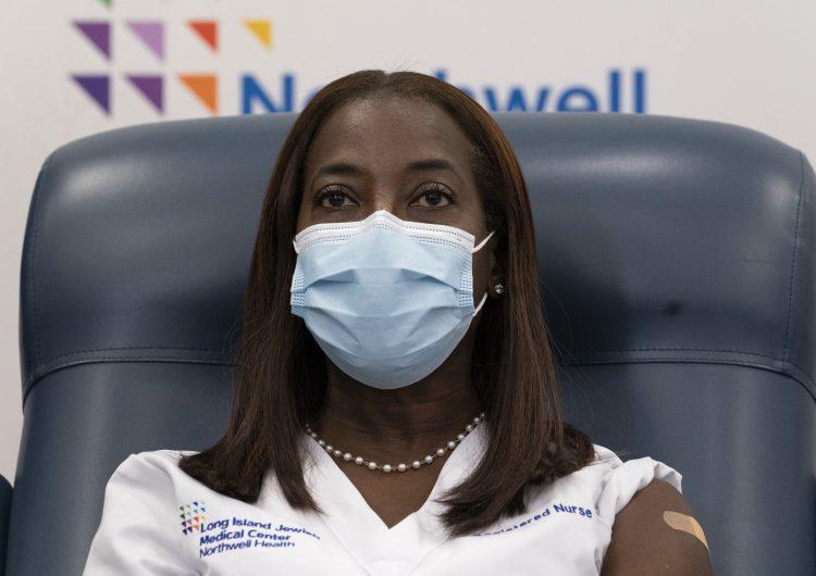 Enfermera de Nueva York, la primera persona en ser vacunada contra el COVID-19 en EU