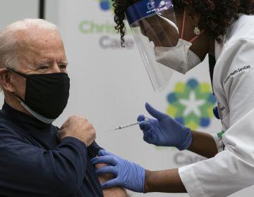 Biden recibe frente a las cámaras de televisión la primera dosis de vacuna Pfizer