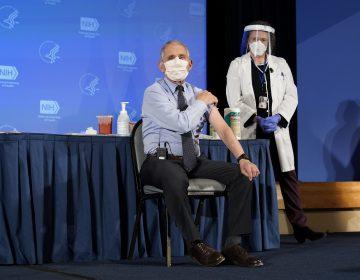 Fauci recibe vacuna contra COVID-19  frente a cámaras de televisión