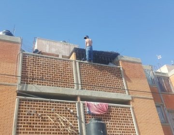 Rescatan policías municipales a hombre que intentaba arrojarse de edificio de tres pisos en Aguascalientes