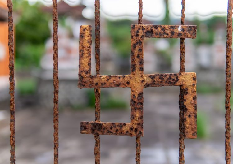 Vandalizan 67 tumbas con cruces gamadas y otras pintas