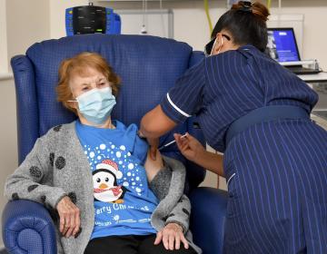 Una mujer de 90 años es la primera persona del mundo en recibir la vacuna contra COVID-19