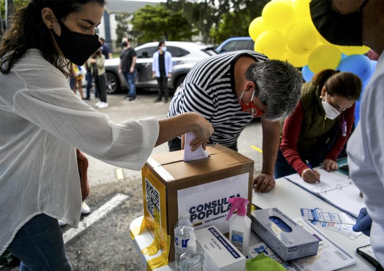 """En Venezuela, la oposición se atribuye triunfo """"histórico"""" pese a centros de votación semivacíos"""