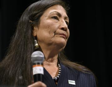 Deb Haaland es nominada para ser la primera secretaria del interior indígena en EU