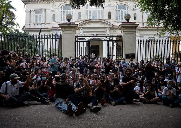 Gobierno de Cuba rompe negociaciones con artistas: los acusa de recibir financiamiento de EU