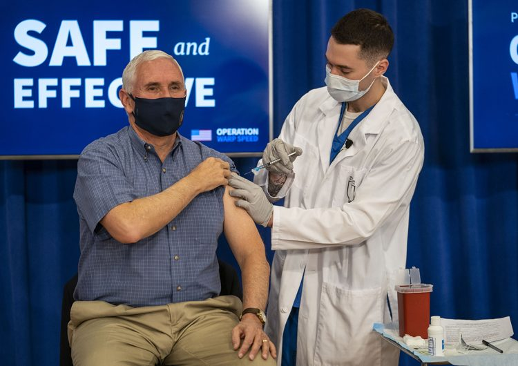 El vicepresidente de EU se aplica la vacuna contra el COVID-19