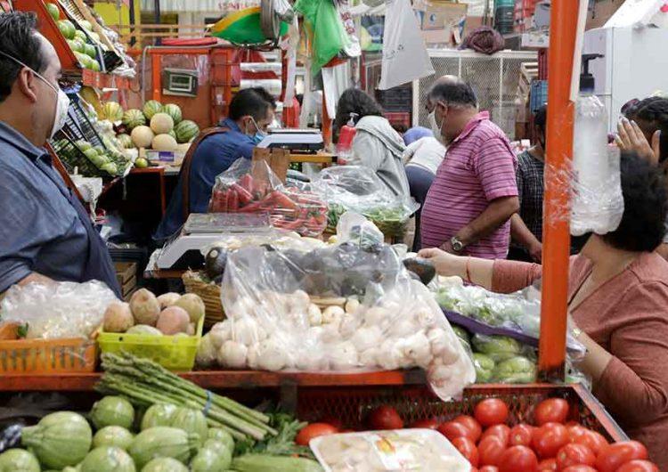 Poblanos abarrotan Centros Comerciales y Mercados en Puebla
