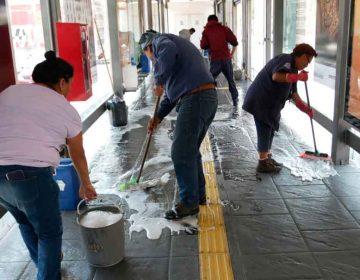Refuerzan labores de limpieza en paraderos del transporte público poblano