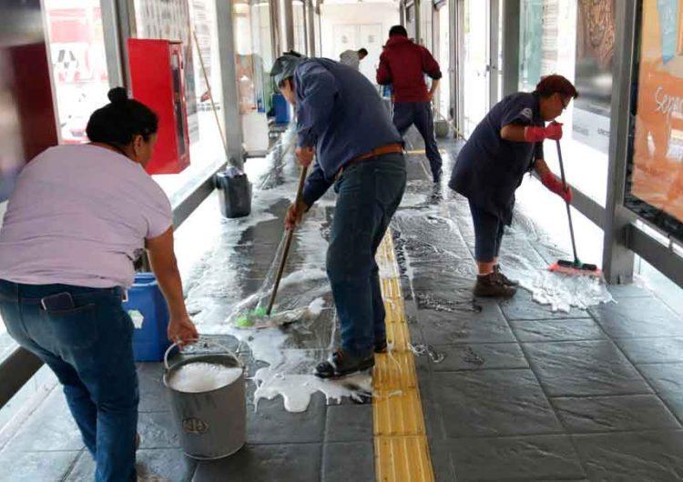 Refuerzan labores de limpieza en paraderos del transporte público