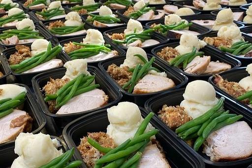 Pareja dona la comida de su boda para alimentar a 200 personas en el Día de Acción de Gracias