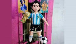 Taller mexicano rinde homenaje a Maradona con una piñata