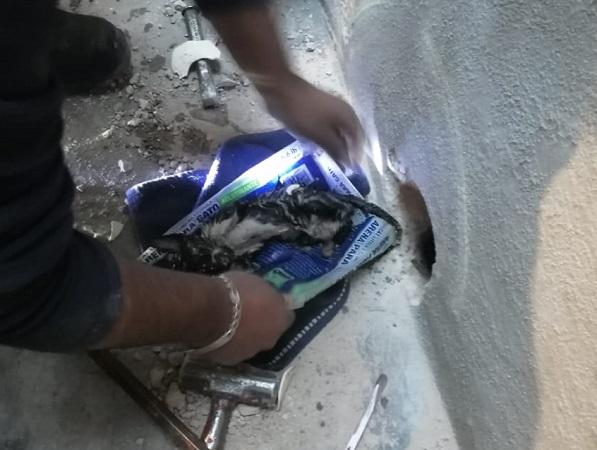 Rescatan bomberos estatales a par de gatitos atorados en un tubo PVC en Aguascalientes