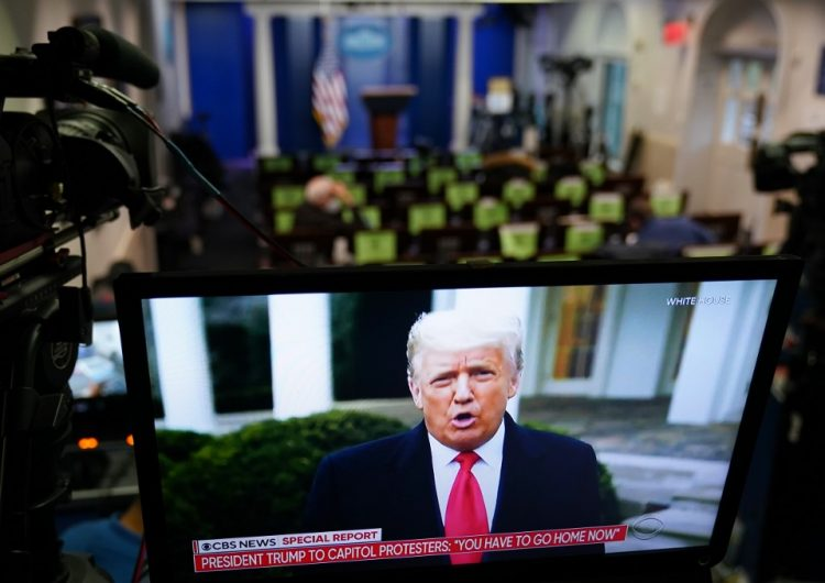 """Trump pide frenar la toma del Capitolio e insiste en """"robo"""" de la elección; Twitter y Facebook bloquean su cuenta"""