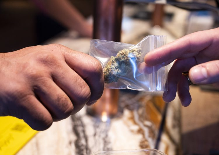 Tres jóvenes son condenados a 30 años de prisión por consumo de cannabis