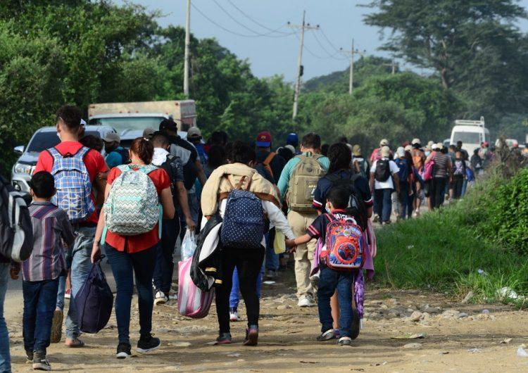 Caravana de hondureños parte hacia Estados Unidos con la esperanza de que Biden sea más flexible