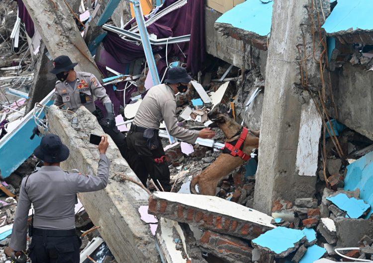 Indonesia: 77 muertos y más de un centenar de heridos graves tras sismo de magnitud 6.2