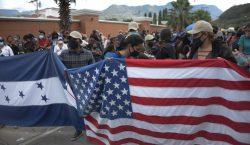 Juzgado de Texas bloquea temporalmente la suspensión de deportaciones impulsada…