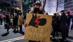 Polonia promulga una prohibición casi total del aborto; se realizan…