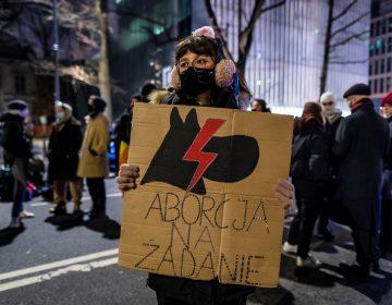 Polonia promulga una prohibición casi total del aborto; se realizan protestas