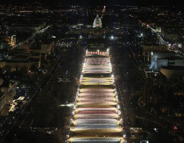 EU exhibe 191,500 banderas y 56 pilares de luz que representan a quienes no podrán asistir a la investidura de Biden
