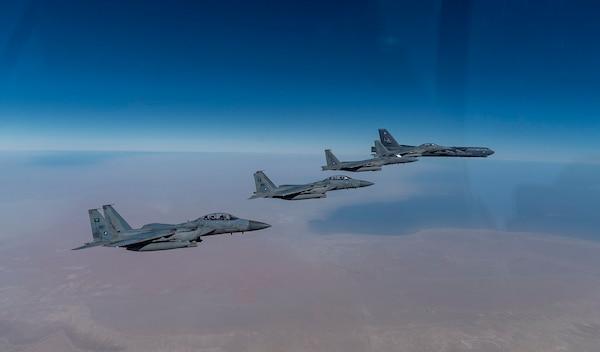 Bombarderos de EU sobrevuelan Oriente Medio y exhiben poderío sobre Irán