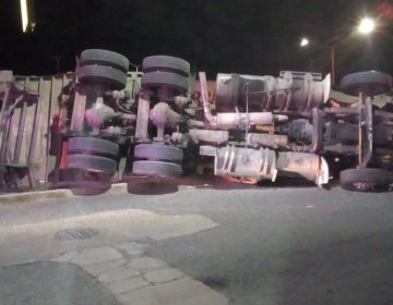 Volcadura de trailer deja horas de intenso tráfico en VNSA