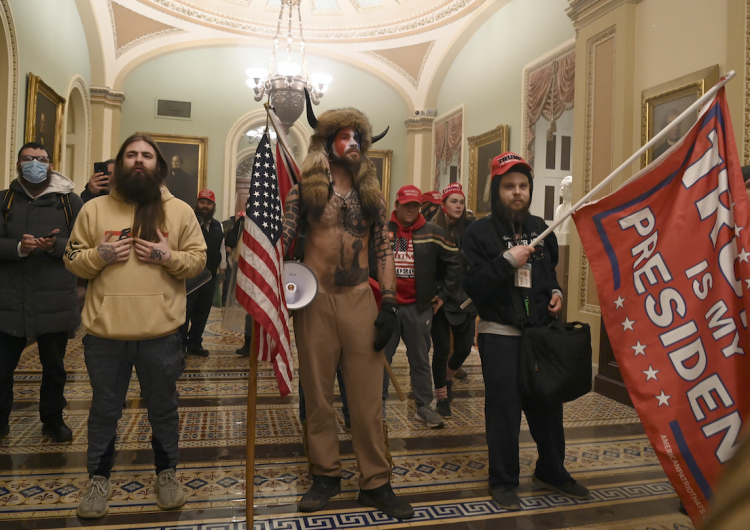 Miembros de QAnon se dicen decepcionados por nula violencia durante investidura de Biden