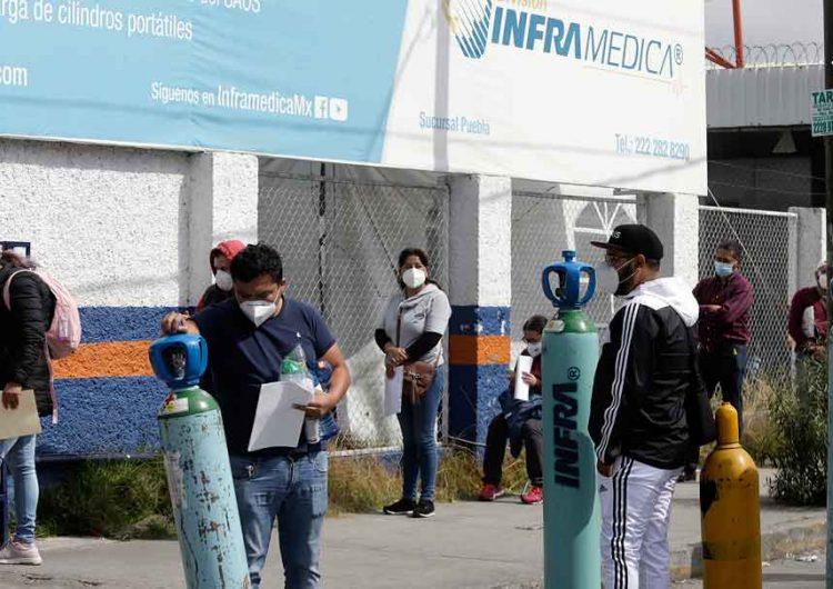 Poblanos hacen fila para conseguir oxígeno al precio que sea