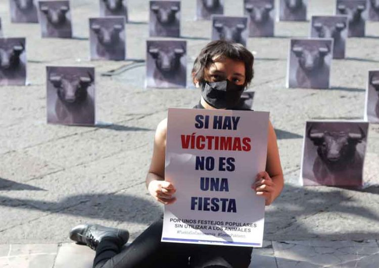 Realizan performance contra las corridas de toros en Puebla