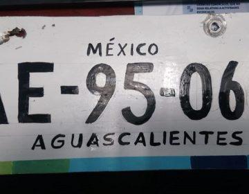 Hizo sus propias placas caseras para circular, pero fue detenido en Aguascalientes